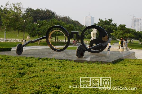 青岛青岛海滨雕塑园风景-眼镜雕塑