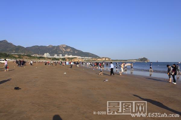 青岛石老人海水浴场位于青岛市崂山区石老人村西侧海域的黄金