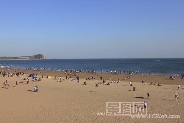 青岛石老人海水浴场位于青岛市崂山区石老人村西侧海域的黄金地带.
