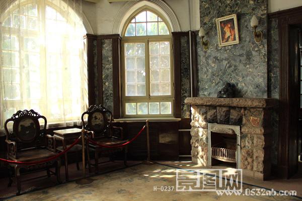 青岛八大关花石楼室内一层客厅1