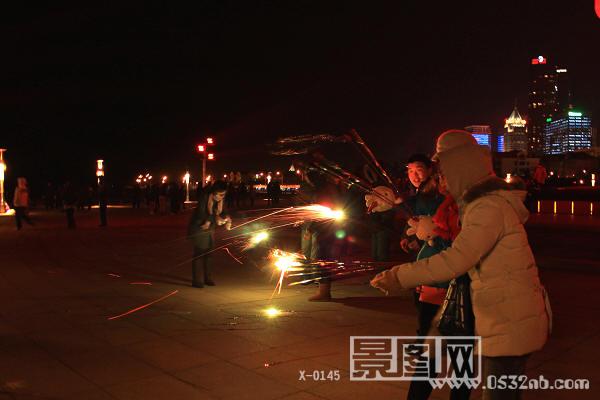 2010年12月31日五四广场晚8点钟,这里汇集着前来观看元旦之夜礼花的人们。  由于今天风大,风力大概为6-7北方级风,降温的天气在加上大风十分寒冷,人们聚集在五月风雕塑的背后避风等待,大概到了9点钟人们都没有离散的去意。往常到了这个时间就是燃放礼花结束的时间。这时人们传出了今天风大取消礼花燃放的通知,人们的心情可想而知,可以理解如果燃放礼花的确危险,因为燃放礼花是在船上燃放,一旦风大改变了方向或者意外不可想象。  有的人不知道,有的人知道了就慢慢的散去。  五四广场有卖焰火的小商贩。  毕竟是元旦之夜
