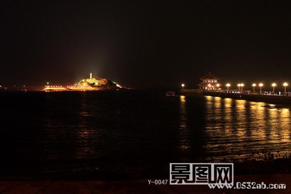 青岛栈桥夜景,拍摄时间晚6点-8点间,天气有云.